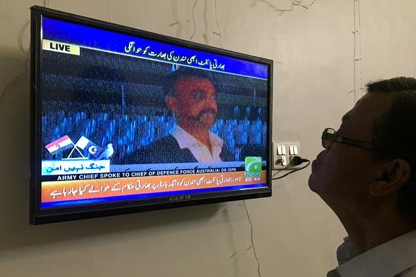 A man looks at television screen, airing live transmission of released Indian pilot Wing Commander Abhi Nandan, at Wagah border, in Karachi, Pakistan on March 1, 2019. (Photo: REUTERS/Akhtar Soomro)