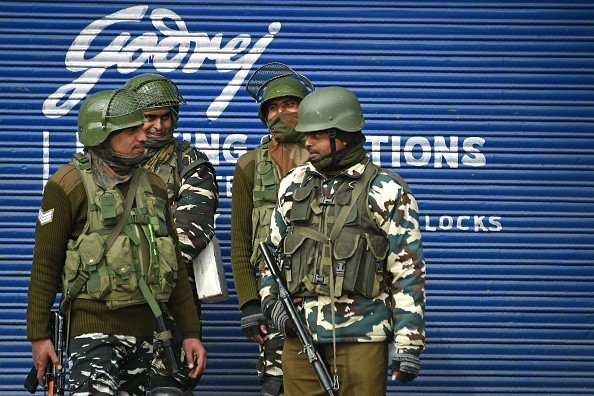 Indian paramilitary troopers stands guard in front of a closed shop. (Photo: TAUSEEF MUSTAFA/AFP/Getty Images)