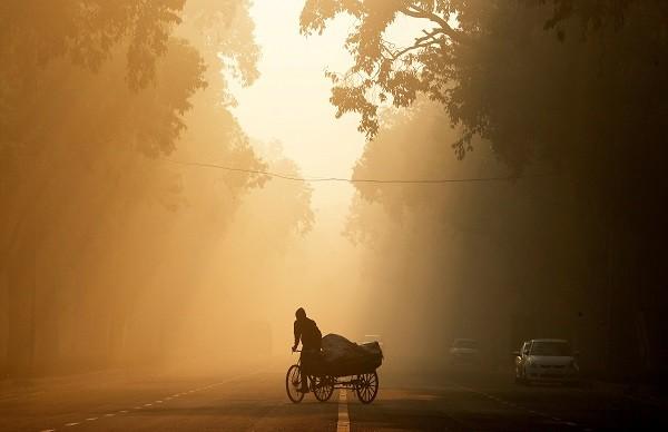A man rides a rickshaw on a smoggy morning in New Delhi, India (Photo: REUTERS/Adnan Abidi/File Photo).
