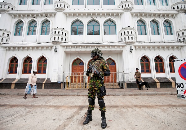 Sri Lankan Special Task Force soldiers stand guard in front of a mosque as a Muslim man walks past him during the Friday prayers at a mosque, five days after a string of suicide bomb attacks on Catholic churches and luxury hotels across the island on Easter Sunday, in Colombo, Sri Lanka April 26, 2019. (Photo: REUTERS/Dinuka Liyanawatte)
