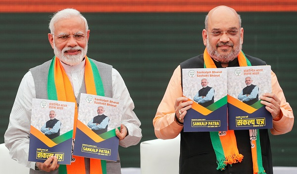 Indian prime minister Narendra Modi and chief of India's ruling Bharatiya Janata Party (BJP) Amit Shah, display copies of their party's election manifesto for the April/May general election in New Delhi, India, April 8, 2019 (Photo: REUTERS/Adnan Abidi).