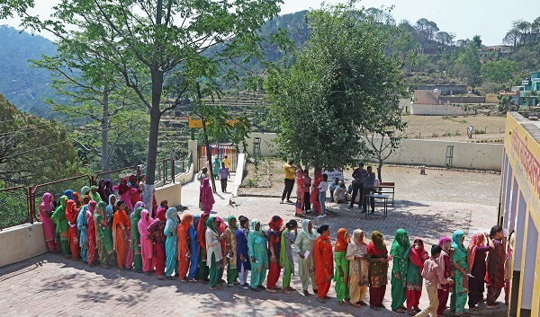 Women stand in a queue to cast their vote at a polling station in village Bhudi in the northern state of Haryana, India, May 12, 2019 (Photo: REUTERS/Ajay Verma).