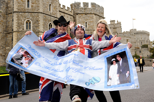 Scenes around Windsor Castle after the announcement of the birth of Meghan, Duchess of Sussex and Prince Harry, Duke of Sussex baby on May 06, 2019 in Various Cities, United Kingdom. Meghan, Duchess of Sussex gave birth to a baby boy weighing 7lbs 3oz at 05:26 BST.  (Photo by GOR/Getty Images)