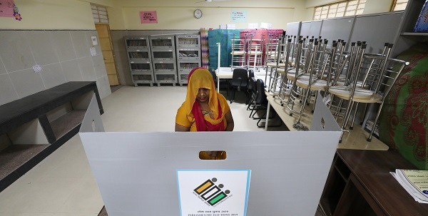 A woman casts her vote at a polling station during the sixth phase of the general election, in New Delhi, India, May 12, 2019 (Photo: REUTERS/Anushree Fadnavis).