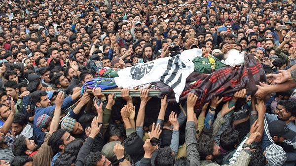 People carry the body of Naseer Ahmad Pandit, a separatist militant, during his funeral after he was killed in a gun battle with Indian soldiers, in Karimabad village in south Kashmir's Pulwama district May 16, 2019 (Photo: REUTERS/Younis Khaliq).