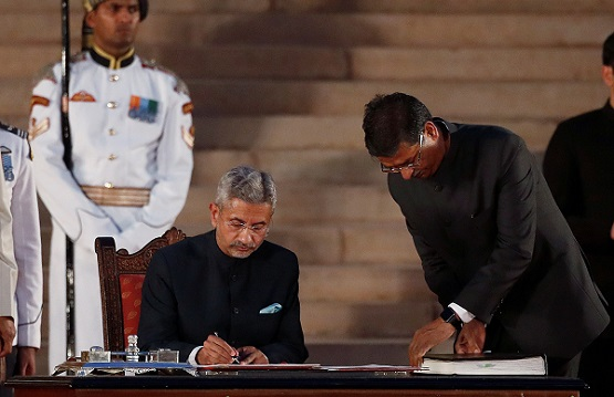 Subrahmanyam Jaishankar signs documents after taking his oath as a cabinet minister during a swearing-in ceremony at the presidential palace in New Delhi, India May 30, 2019 (Photo: REUTERS/Adnan Abidi).