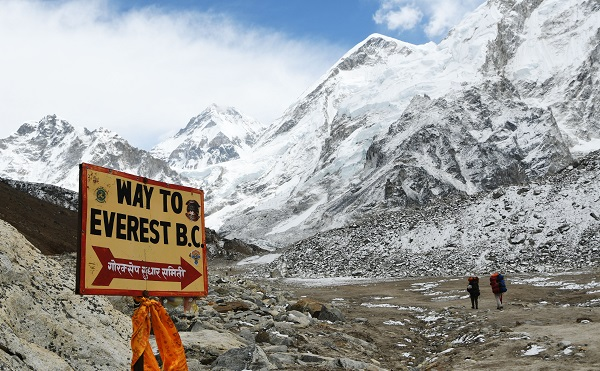 British climber Robin Fisher, 44, reached the summit Saturday (25) morning but collapsed when he had got just 150 metres back down the slope (Photo: PRAKASH MATHEMA/AFP/Getty Images).