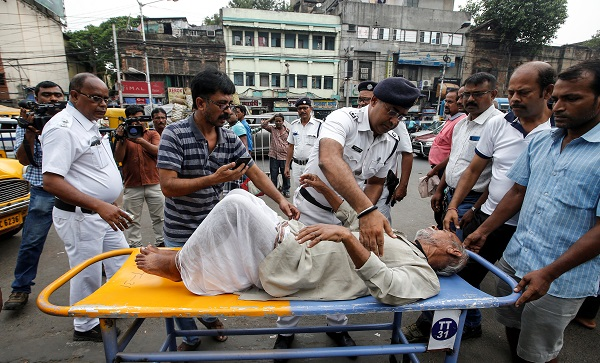 Police officers help a patient who leaves after not getting treatment at a government hospital during a strike by doctors demanding security after the recent assaults on doctors by the patients' relatives, in Kolkata, India, June 17, 2019 (Photo: REUTERS/Rupak De Chowdhuri).