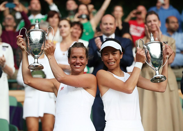 Tennis - Wimbledon - All England Lawn Tennis and Croquet Club, London, Britain - July 14, 2019 Czech Republic's Barbora Strycova and Taiwan's Hsieh Suwei celebrate with trophies after winning the doubles final against China's Xu Yifan and Canada's Gabriela Dabrowski (REUTERS/Hannah McKay).