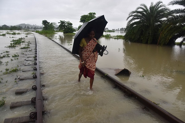 The global report released on Friday (27) by Christian Aid, a UK-based charity organisation, said the extreme weather events, like cyclone Fani, led to damages of about $10 billion and uprooted 10 million trees in the country (Photo: BIJU BORO/AFP/Getty Images).