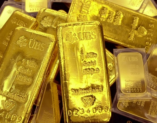 According to the All India Sarafa Association, in the national capital, gold of 99.9 per cent and 99.5 per cent purity fell Rs 100 each to Rs 35,470 and Rs 35,300 per 10 gram, respectively (Photo: JUNG YEON-JE/AFP/Getty Images).