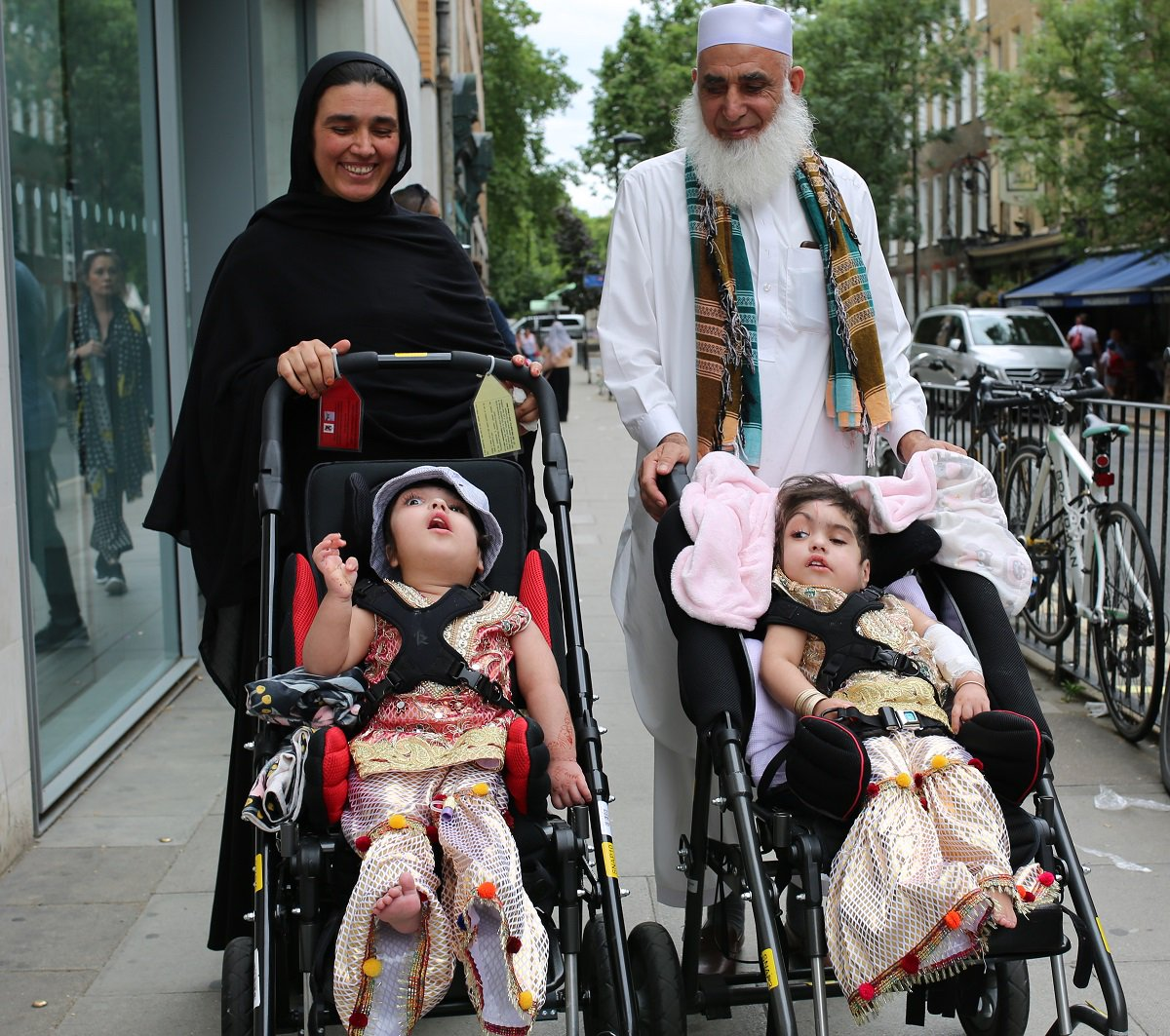 Safa and Marwa Ullah with their mother and grandfather (Photo: Twitter/Great Ormond Street Hospital)
