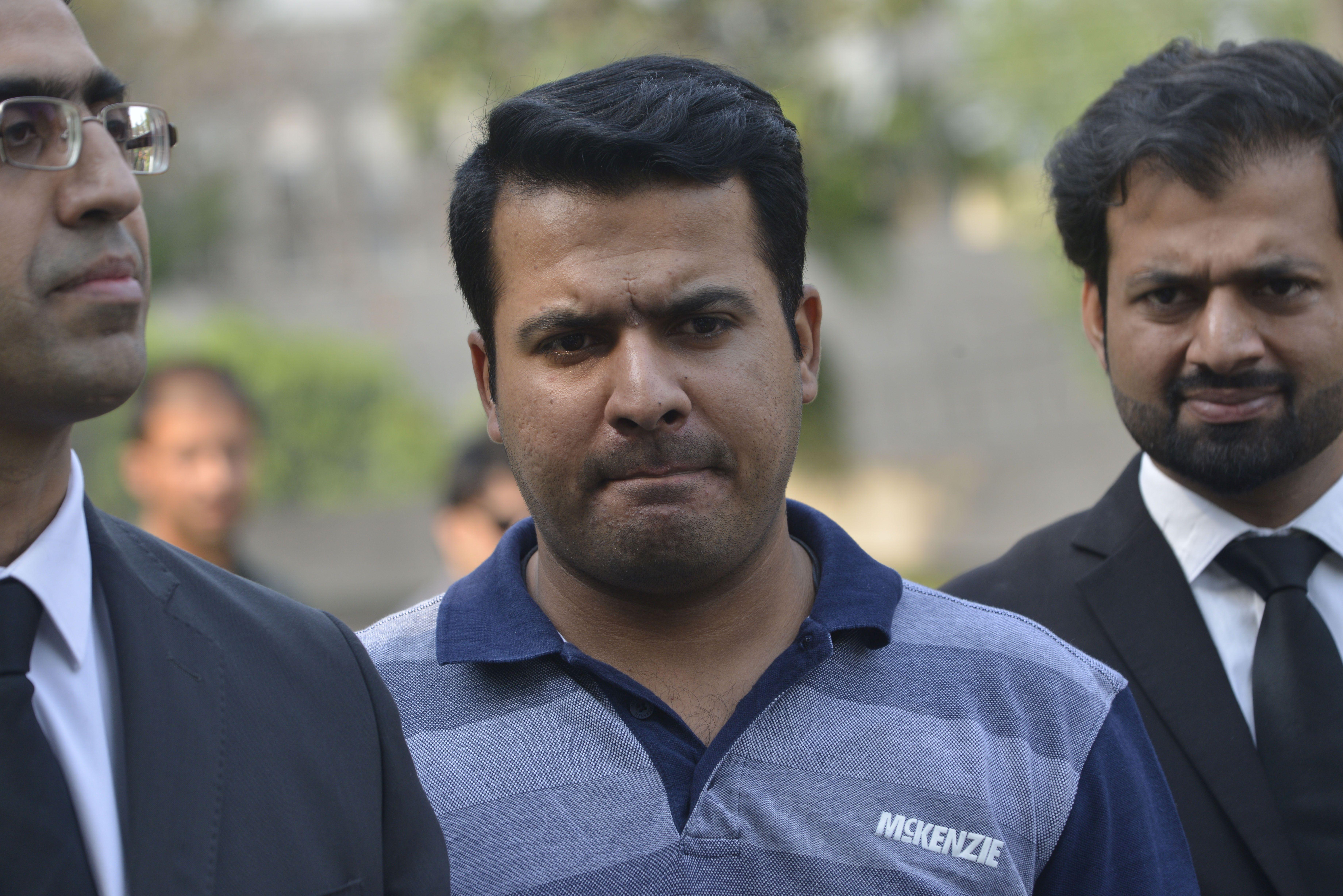 Suspended Pakistani cricketer Sharjeel Khan (C)  / AFP PHOTO / ARIF ALI