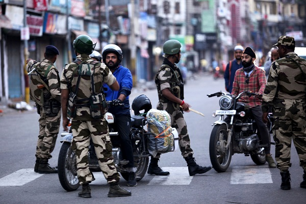 Fearing unrest, India cut communications and imposed a curfew in the sector of Kashmir it controls on August 4, a day before its surprise presidential decree to strip the Muslim-majority region of its special status (Photo: RAKESH BAKSHI/AFP/Getty Images).