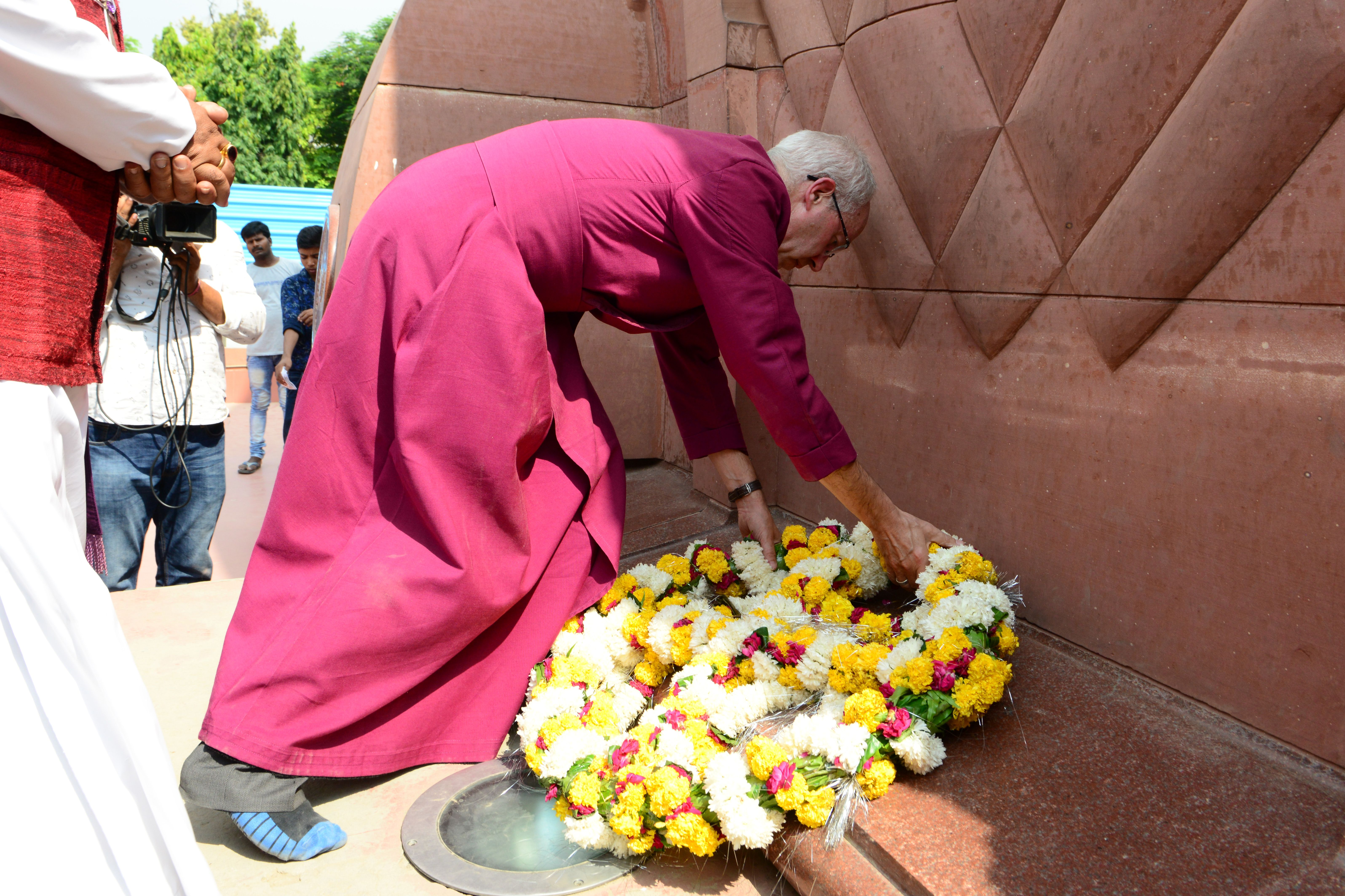 Archbishop of Canterbury Justin Welby lays a wreath to pay tribute to the martyrs at the Jallianwala Bagh memorial in Amritsar on September 10, 2019 (Photo credit: NARINDER NANU/AFP/Getty Images)
