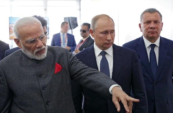 "Russian president Vladimir Putin and Indian prime minister Narendra Modi visit the shipbuilding plant ""Zvezda"" outside Vladivostok, Russia, September 4, 2019 (Sputnik/Mikhail Klimentyev/Kremlin via REUTERS)."