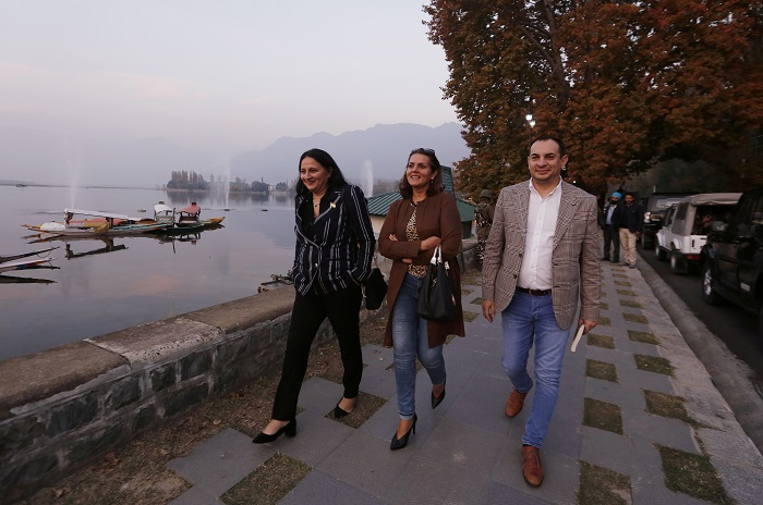 European Union lawmakers walk on the banks of Dal Lake in Srinagar, October 29, 2019 (REUTERS/Danish Ismail).