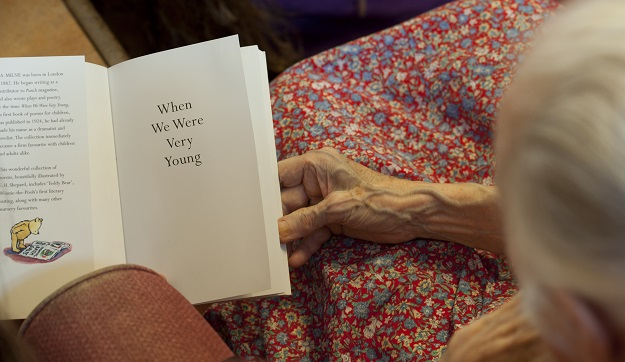 Experts say old songs, movies and photographs can help boost the mood of those with the condition and allow them to better interact with family members (Photo: WILL OLIVER/AFP via Getty Images).