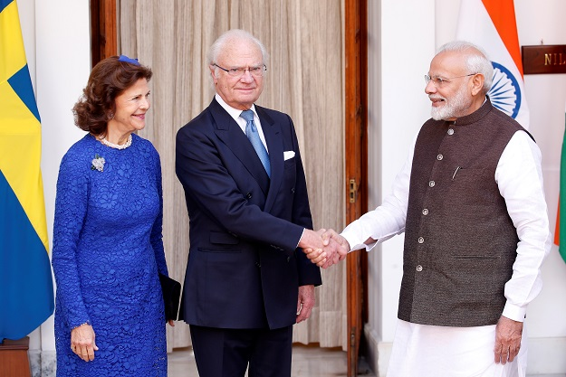 Sweden's King Carl XVI Gustaf shakes hands with India's prime minister Modi as Queen Silvia looks on during a photo opportunity ahead of their meeting at Hyderabad House in New Delhi on Monday (2) (REUTERS/Altaf Hussain).