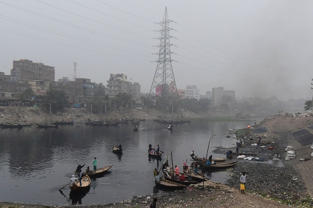 In a landmark decision hailed by activists, the court Monday (20) ordered the authorities to take immediate action against the 231 factories including dyeing and rubber plants and tanneries dumping effluent into the Buriganga (Photo: MUNIR UZ ZAMAN/AFP via Getty Images).