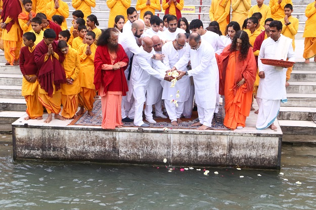 HH Pujya Swami Chidananda Saraswati Muniji and Sadhvi Bhagwati Saraswati help members of the Solanki family with the rituals.
