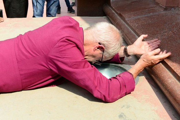 Archbishop of Canterbury Justin Portal Welby pays tribute to the martyrs at the Jallianwala Bagh martyrs memorial in Amritsar on September 10, 2019. (Photo: NARINDER NANU/AFP via Getty Images).