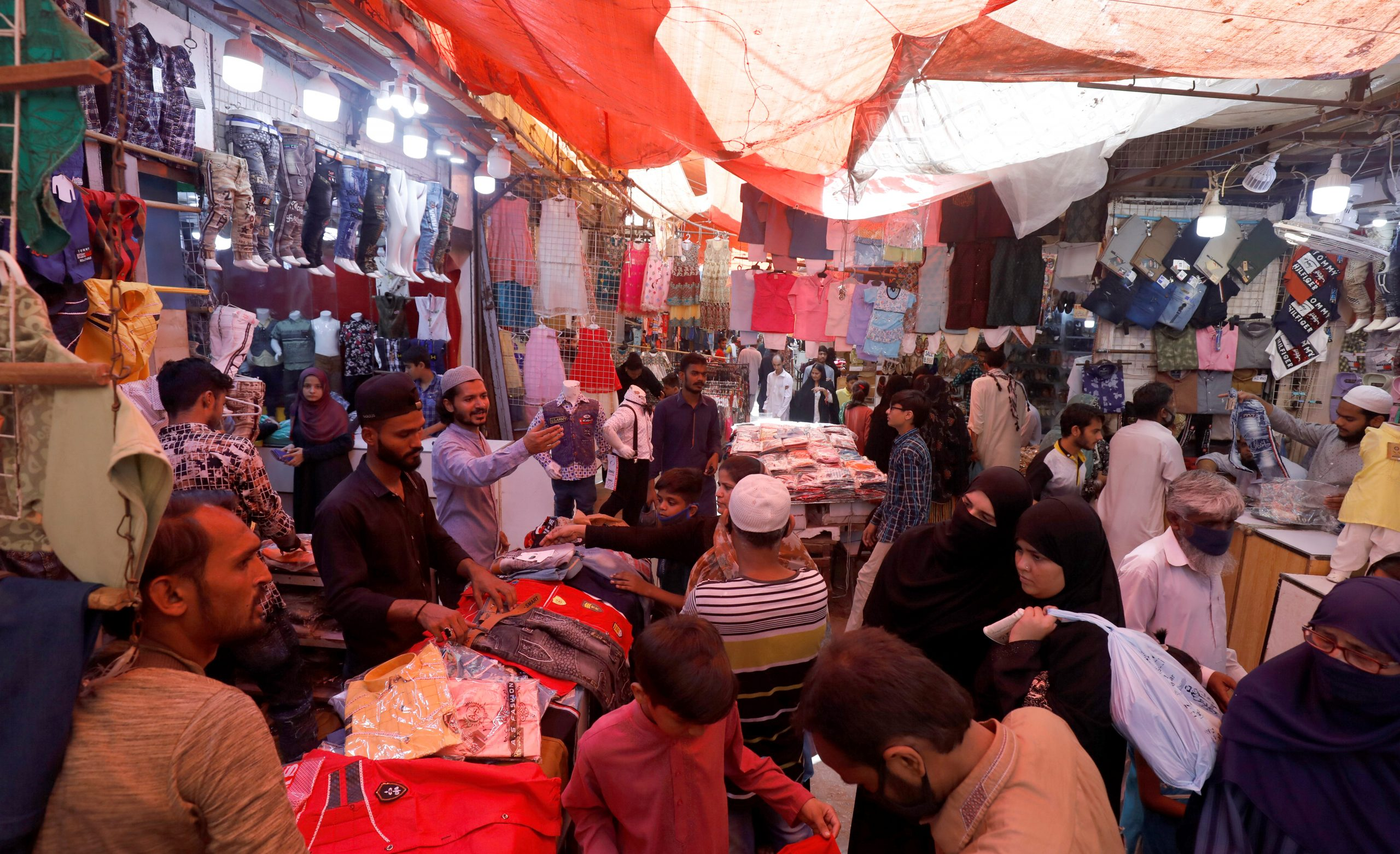 People shop from stalls in a market, after Pakistan started easing the lockdown as the coronavirus disease (COVID-19) continues, in Karachi, Pakistan May 11, 2020. REUTERS/Akhtar Soomro