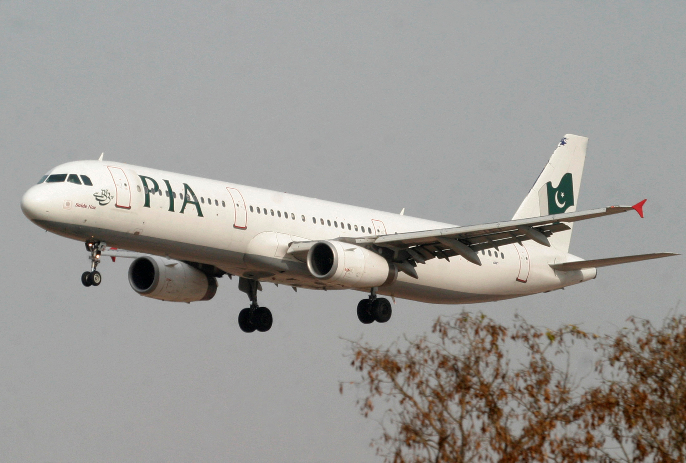 FILE PHOTO: A Pakistan International Airlines (PIA) plane prepares to land at Islamabad airport in Islamabad February 24, 2007. REUTERS/Faisal Mahmood/File Photo