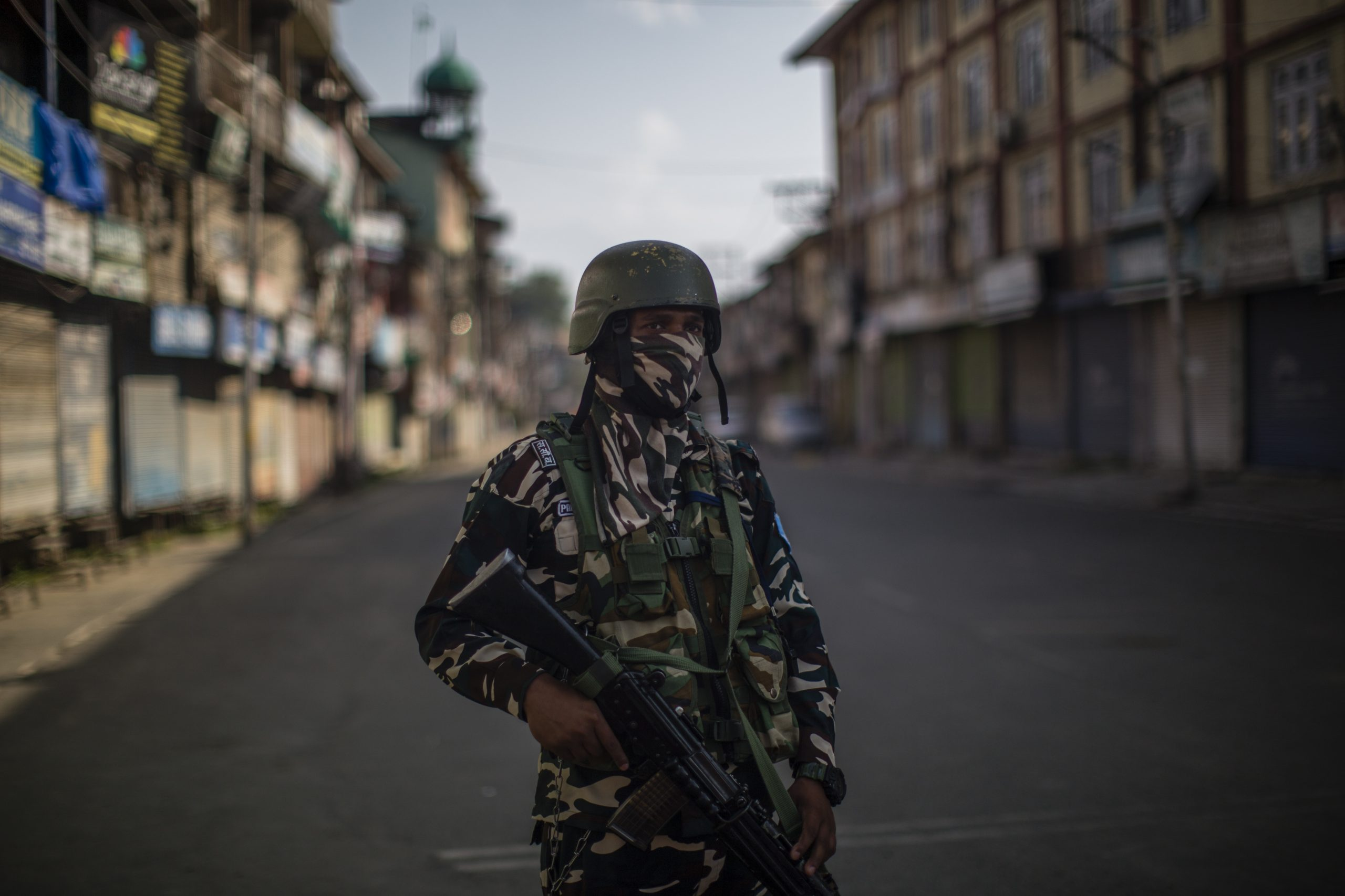 An Indian paramilitary trooper stands guard on a deserted road in the city center's commercial hub, during a curfew on August 04, 2020  in Srinagar, the summer capital of Indian administered Kashmir, India.  (Photo by Yawar Nazir/Getty Images)