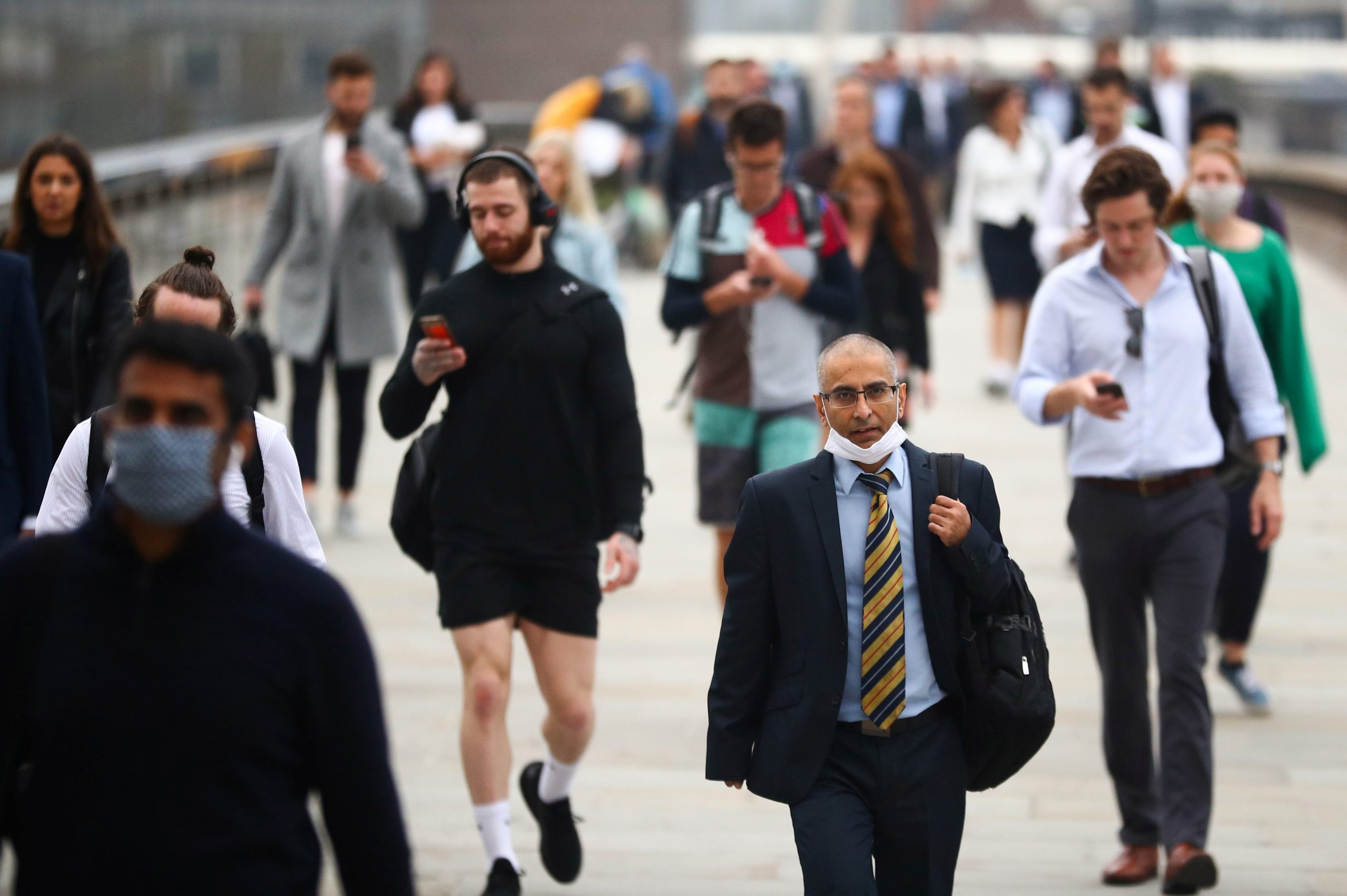 Commuters walk across the London Bridge during the morning rush hour on September 21, 2020. London could soon see local curbs being imposed to arrest the soaring coronavirus infection rate. (REUTERS/Hannah McKay)