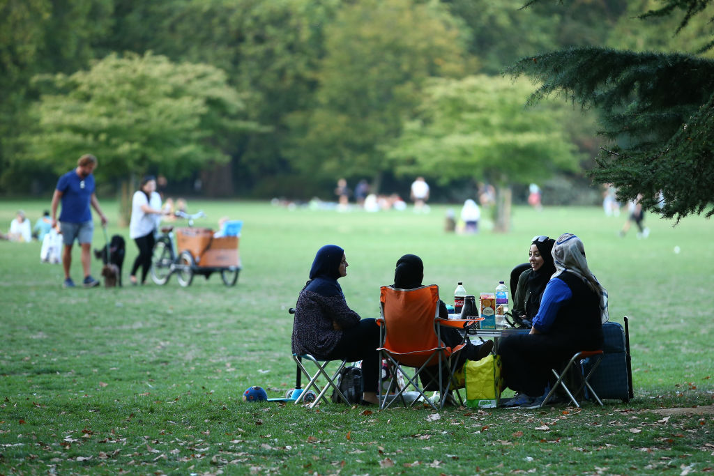 Groups of people gather in Battersea Park on September 13, 2020 in South West London, England. Concerned by rising cases of Covid-19, the British government will start enforcing a six-person limit on indoor and outdoor social gatherings in England. (Photo: Hollie Adams/Getty Images)