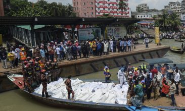 BANGLADESH - Rescue workers bring bodies of victims after a ferry capsized at the Sadarghat ferry terminal in Dhaka on June 29, 2020.  (Photo by Munir UZ ZAMAN / AFP) (Photo by MUNIR UZ ZAMAN/AFP via Getty Images)