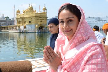 INDIA - Harsimrat Kaur Badal (C) pays her respects at the Golden Temple. (Photo by NARINDER NANU / AFP)