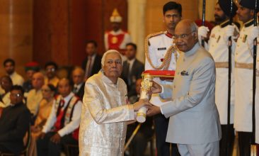 Entertainment - Indian President Ram Nath Kovind (R) confers the Padma Vibhushan award to Ustad Ghulam Mustafa Khan. AFP PHOTO / POOL / Manish Swarup        (Photo credit should read MANISH SWARUP/AFP via Getty Images)