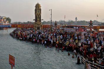 Coronavirus - People have gathered in the northern city of Haridwar to attend 'Kumbh Mela', amid the spread of the coronavirus pandemic. (REUTERS/Anushree Fadnavis)