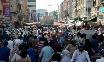 News - Shoppers throng a marketplace during the holy month of Ramadan ahead of the Eid al-Fitr festivities amid the Covid-19 coronavirus pandemic in Karachi on May 8, 2021. (Photo by Asif HASSAN / AFP)