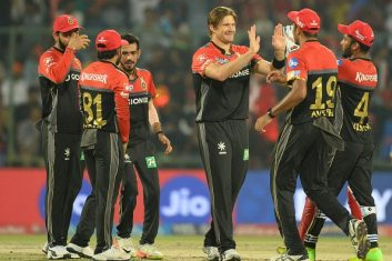 CRICKET - Royal Challengers Bangalore bowler Shane Watson  (3R) celebrates with his team players (Photo: SAJJAD HUSSAIN/AFP/Getty Images)