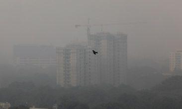 HEADLINE STORY - Buildings are seen shrouded in smog in New Delhi, India, October 30, 2019 (REUTERS/Anushree Fadnavis).