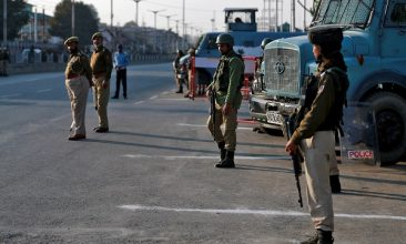 INDIA - Indian policemen stand guard on a road in Srinagar October 31, 2019 (REUTERS/Danish Ismail).