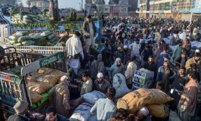 Coronavirus - Traders and customers gather to bargain prices of commodities at a crowded vegetable market during a government-imposed nationwide lockdown as a preventive measure against the COVID-19 coronavirus, in Peshawar. (Photo by ABDUL MAJEED/AFP via Getty Images)